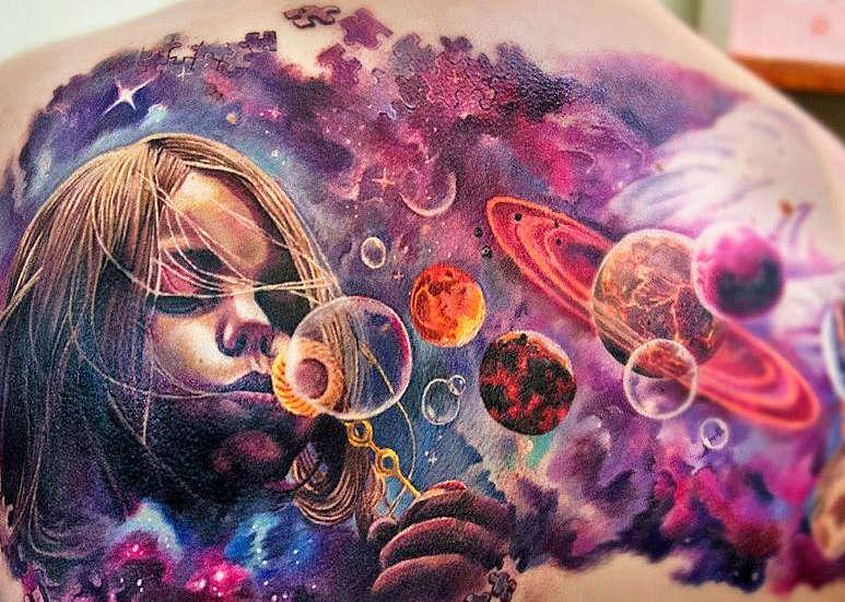 Безграничный космос в тату на спине