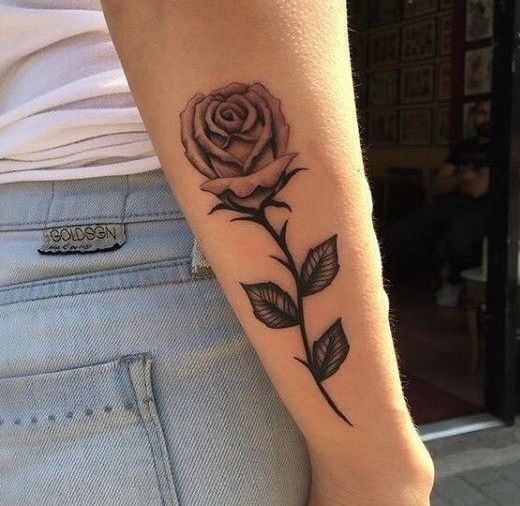 Тату розы на предплечье у девушки