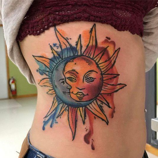 Тату солнце и луна на девушке
