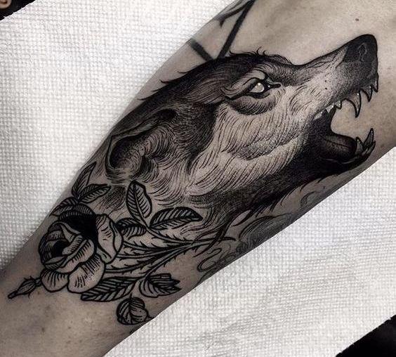 Татуировка волка на предплечье у мужчины