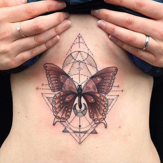 Татуировка бабочка на животе у девушки