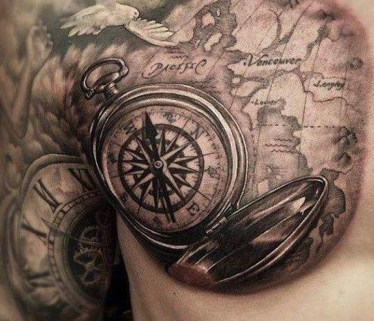 Татуировка у мужчины на груди с компасом