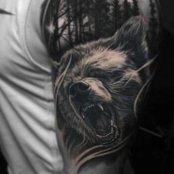 Фото татуировки с медведем на плече