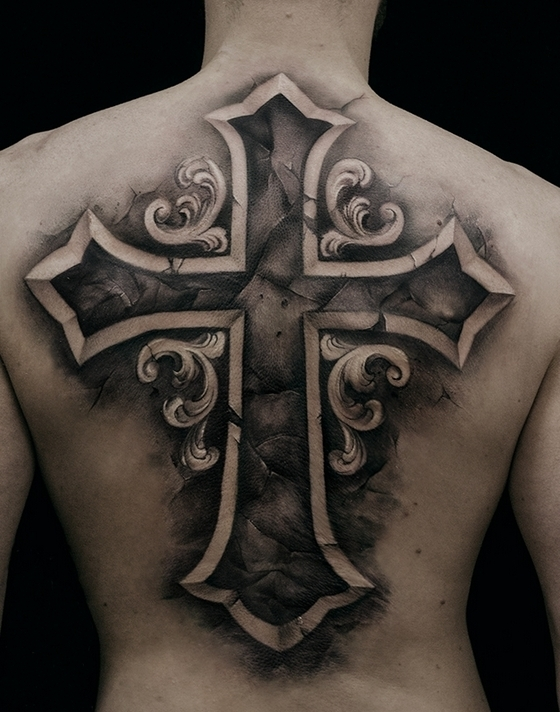 Татуировка в виде креста на спине