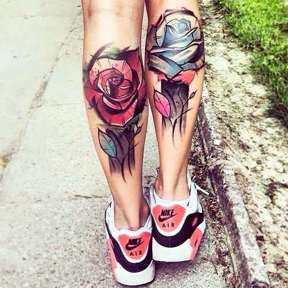 Татуировки розы на икрах у девушки в стиле скетч