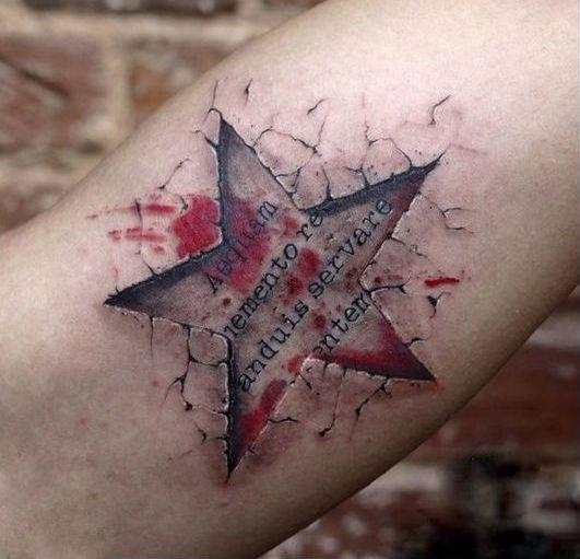 Татуировка звезда на руке у мужчины