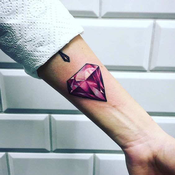 Тату красный бриллиант на предплечье руки