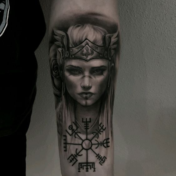 Тату скандинавская богиня Валькирия на внутренней части предплечья