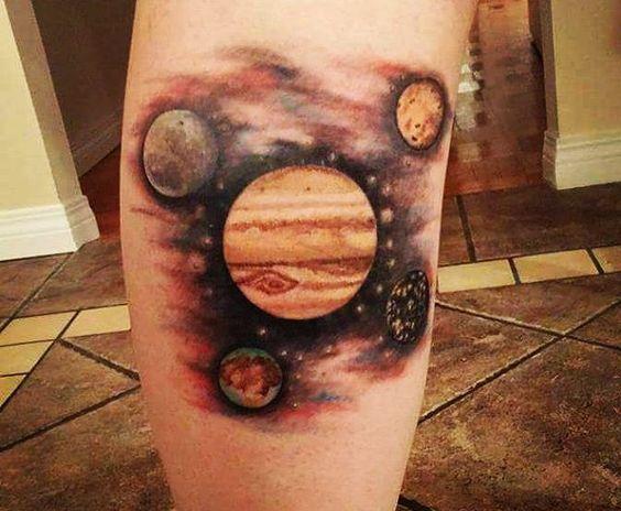 Тату планеты, в центре Венера на голени ноги