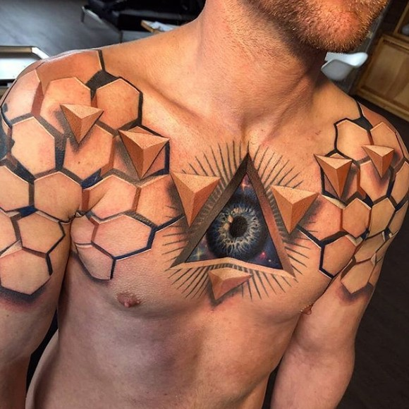 Тату пирамиды на груди у мужчины