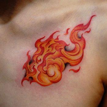 Тату огонь на груди у мужчины