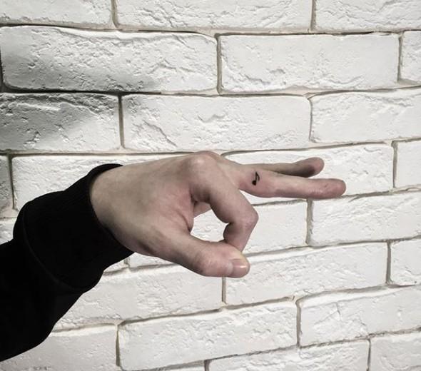 Тату нота на безымянном пальце левой руки