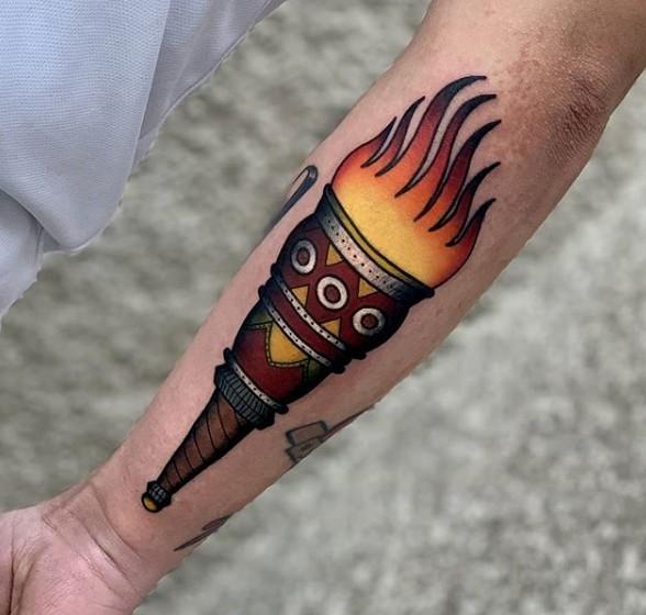 Тату факел в стиле олдскул на предплечье