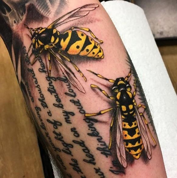 Тату осы на руке