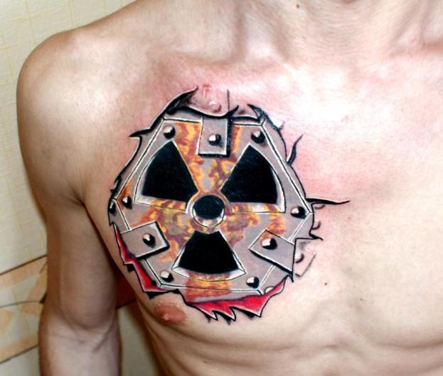 Тату знак радиации у парня на груди