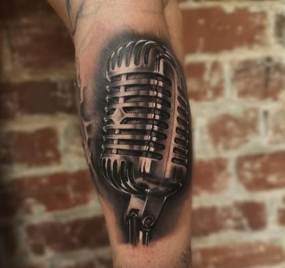 Тату микрофон на бицепсе у мужчины