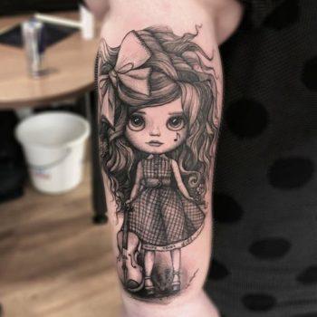 Тату кукла на плече