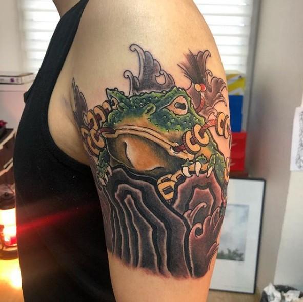 Тату жаба на плече у парня