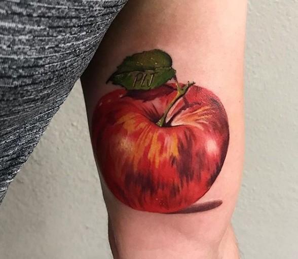 Тату яблоко на бицепсе у мужчины